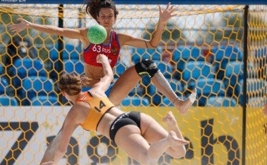 Lisanne Bakker: debuut bij beachhandbal met doelpunt