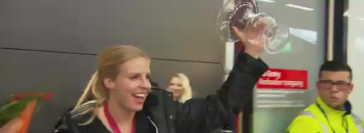 Video: Handbalsters komen op Schiphol uit hun roes